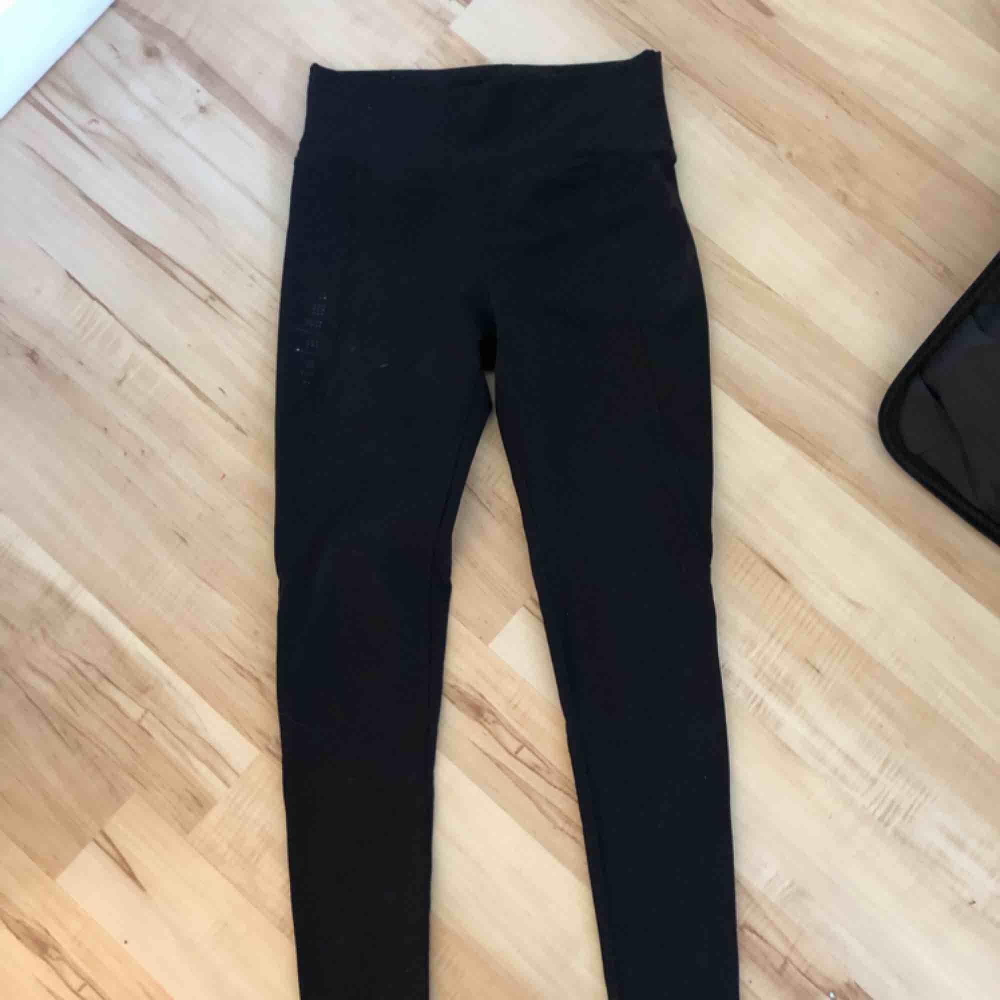 Träningsleggings som är liite högmidjade. Jeans & Byxor.