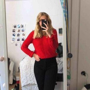 Röd stickad tröja i storlek M! På bilden har jag stoppat in tröjan, så den är längre egentligen. Köpt för cirka 250kr från ?. Knappt använd så i stort sett som ny😊💓