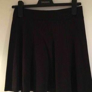 Kort svart kjol. Se sista bilden. Väldigt fint skick, storlek S