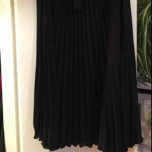 Helt nya plisserad kjol från weekday. Den var fel storlek men jag var för långsam att skicka tillbaka den. Den är endast provad. Storlek 38. Inköpspris 400