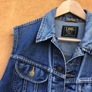Lee jeansjacka med avklippta armar. Vintage. Female large sitter som en small unisex