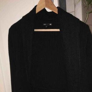Svart stickad kofta från Gina tricot. I mycket fint skick och storlek S.