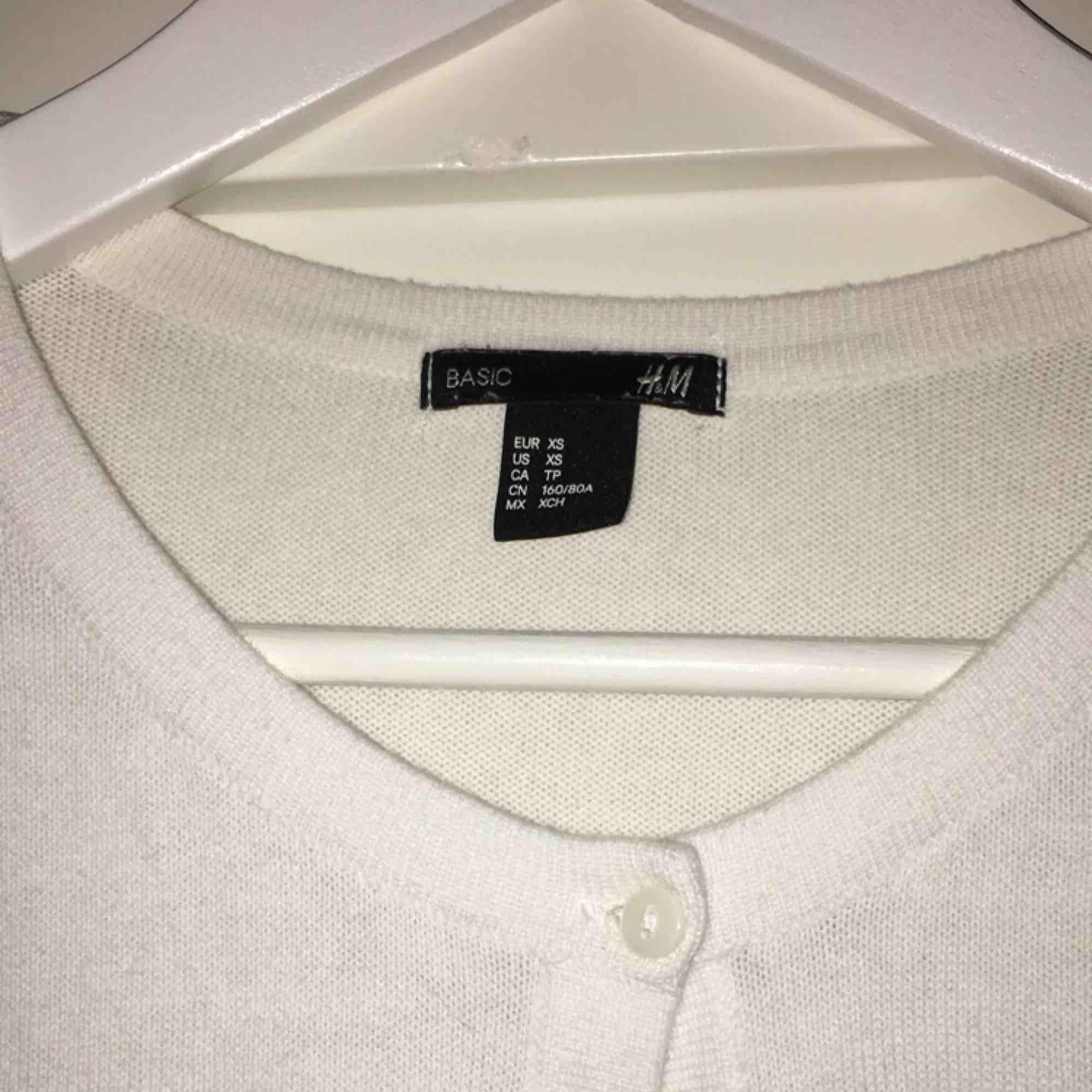 Vit cardigan från H&M. I mycket fint skick och storlek XS.. Tröjor & Koftor.