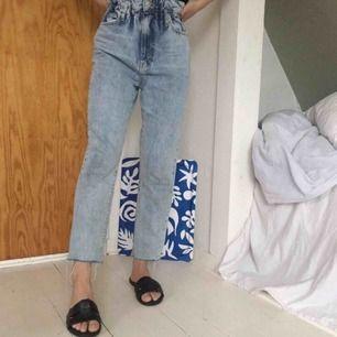 High waist paperbag jeans från Gina Tricot, helt oanvända! Säljer pga. köpte fel storlek. Jääättebekväma och skitsnyggt att knyta ett band som skärp 💖 Jag står för frakt.