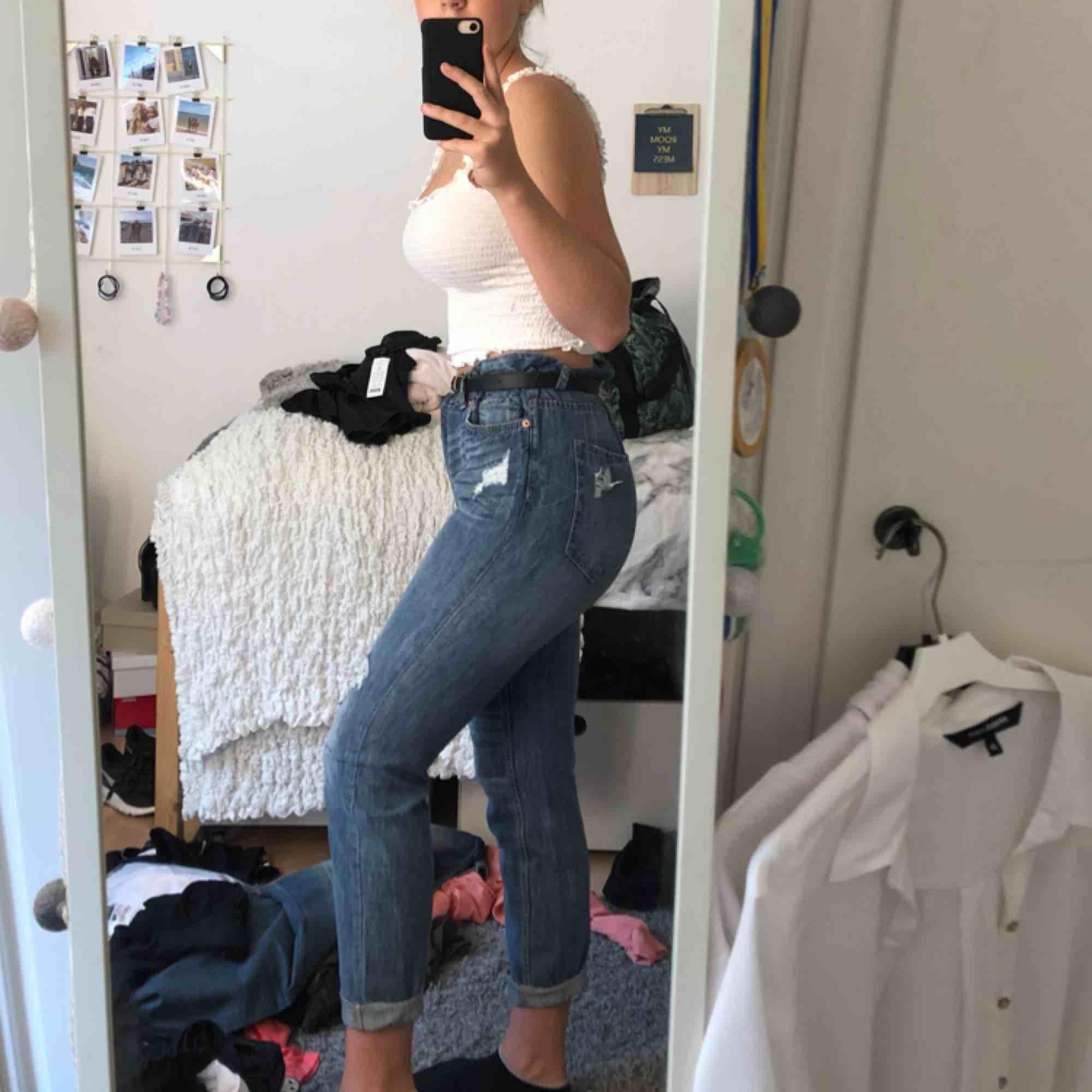 Mörkblå mom jeans med slitningar. Ganska stora i storleken, men sitter sjukt bekvämt. 😊💓 säljer pga att dom är förstora . Jeans & Byxor.