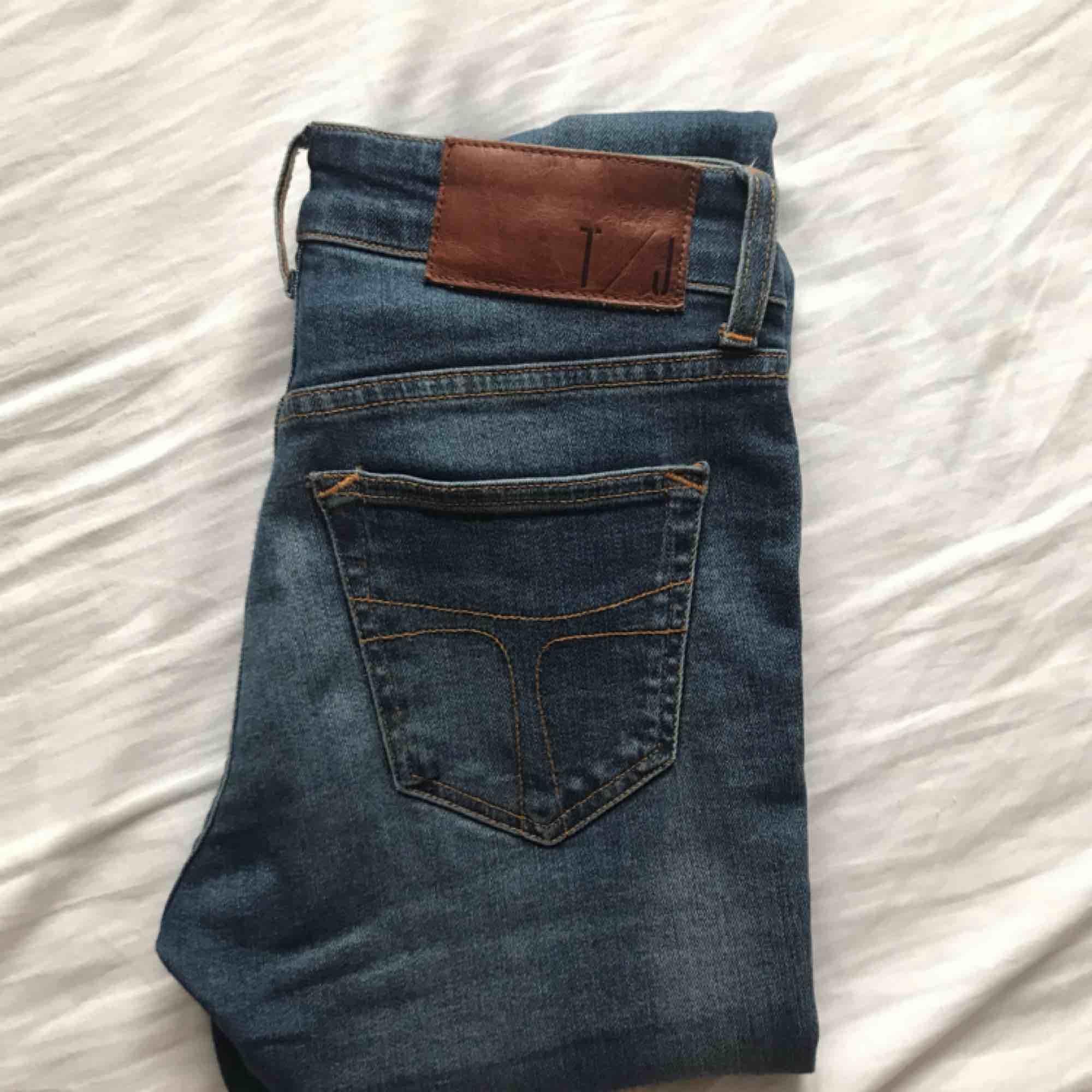 Jeans från Tiger of Sweden (mörkblå). Raka, tighta. Gott skick, knappt använda.. Jeans & Byxor.