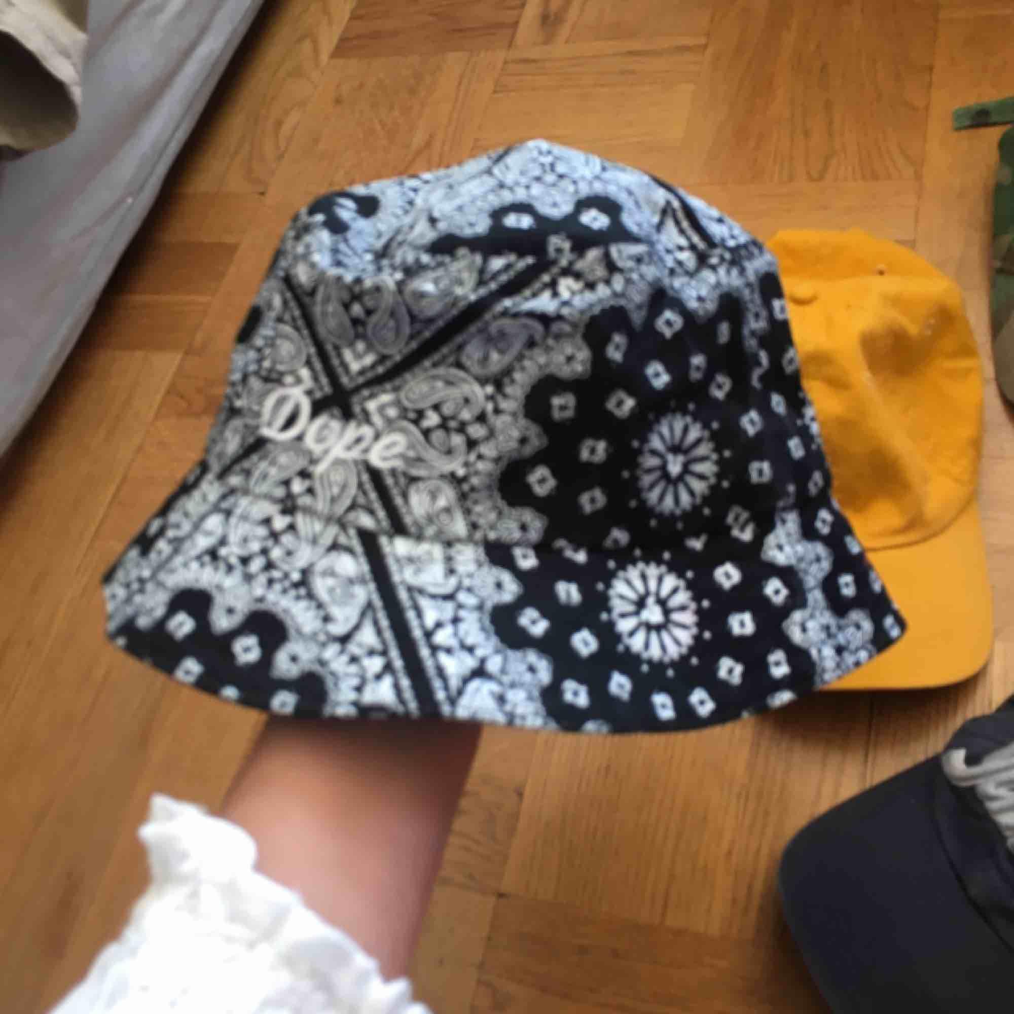 Blå keps 40 kr och gul keps 50 kr. Frakt tillkommer :) bucket hat och militär keps sålda. Accessoarer.