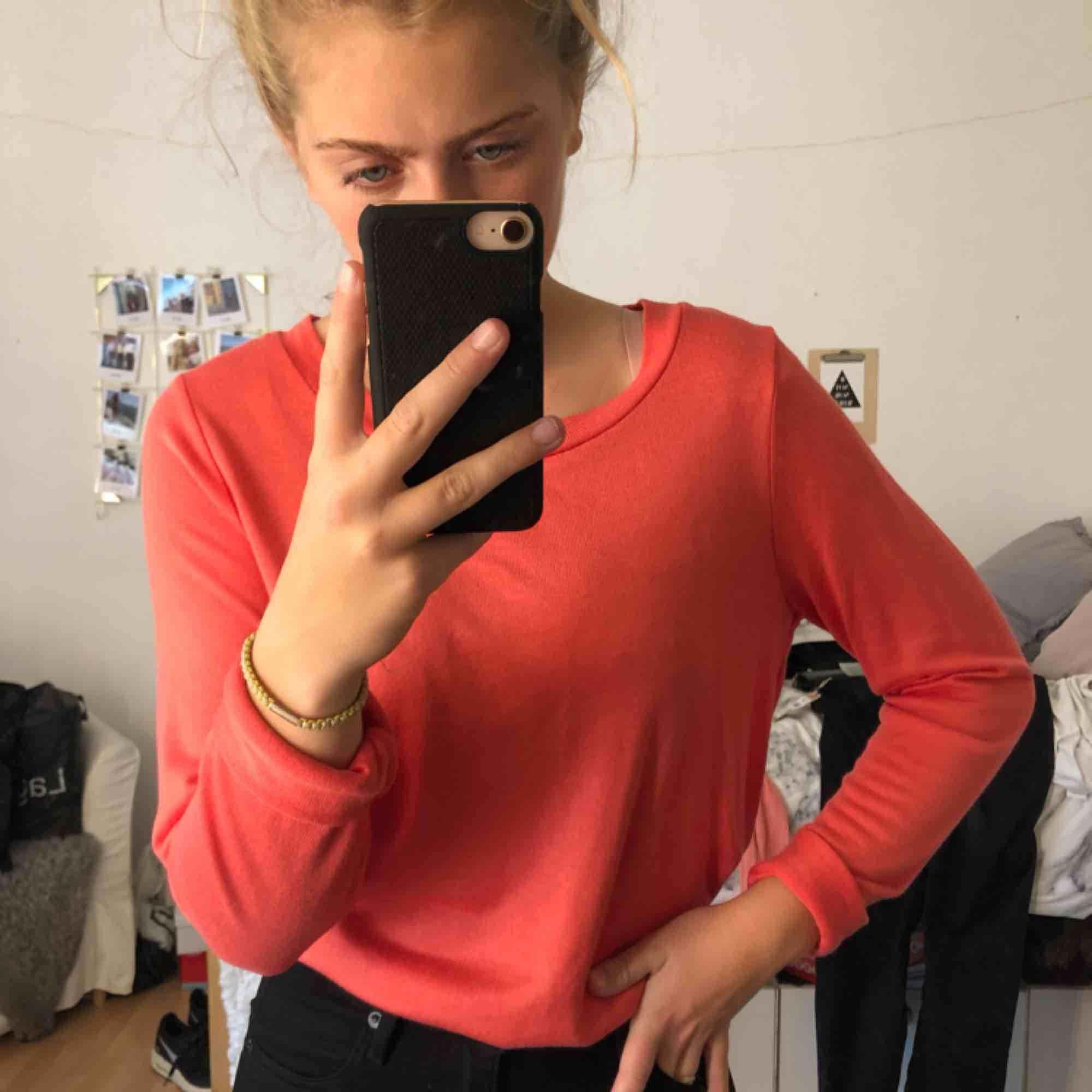 Helt ny tröja med prislapp kvar (kontakta för bildbevis) Köpt för 149kr och är i storleken L. Men passar även en M/S om man vill ha den lite mer oversize som jag. 😊. Tröjor & Koftor.