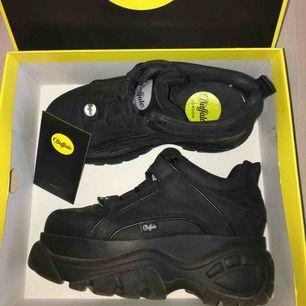 Svarta nya buffalo skor, använda fåtal gånger mycket bra  pris, nypris 1699kr