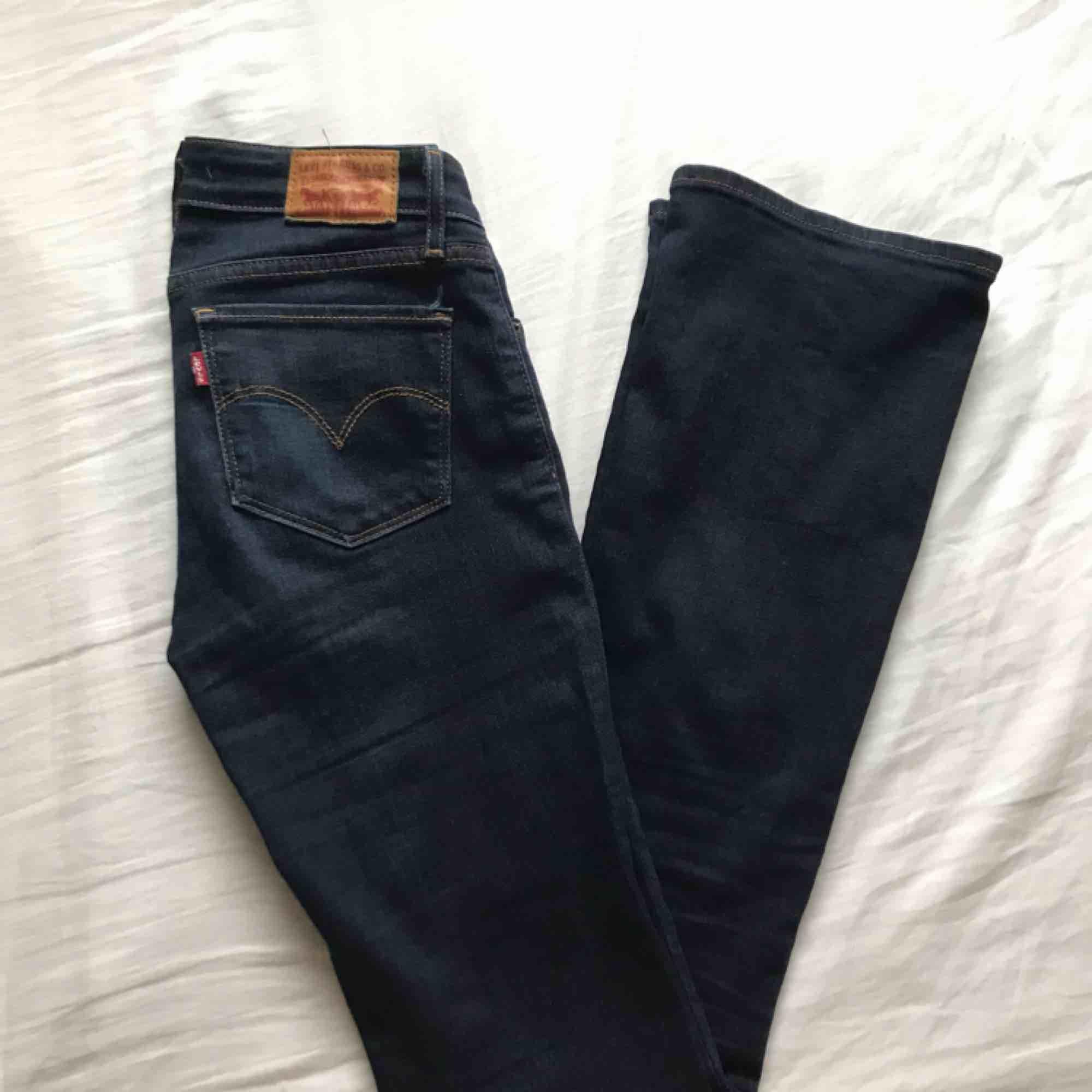 Mörkblå, bootcut jeans från Levis. Gott skick!. Jeans & Byxor.