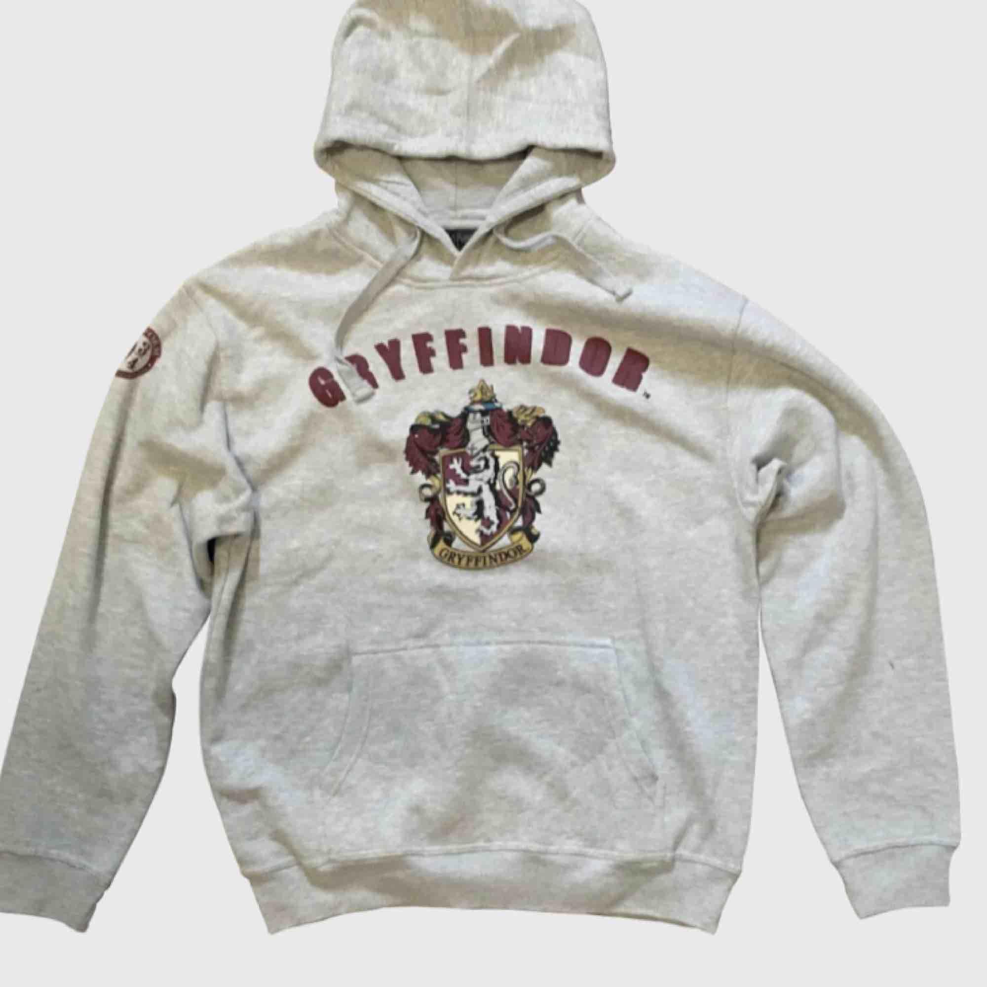 Gryffindor hoodie från 9 3/4 butiken i London! Säljes pga tappat intresse Super bra kvalité ursprungspris 400kr och endast använd hemma fåtal gånger.. Tröjor & Koftor.