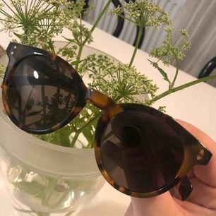Säljer mina Marc Jacobs solglasögon köpta på Arlanda flygplats 2016. Tyvärr har jag tappat bort de tillhörande fodralet därav priset.