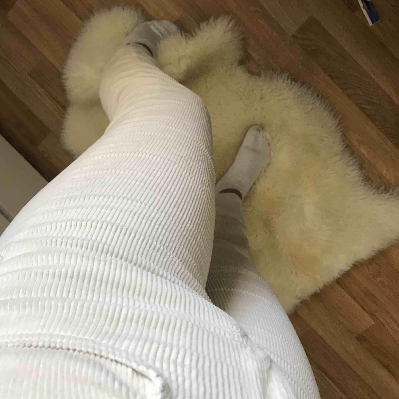 Superrr balla krämvita byxor i imiterat Manchester tyg. Säljes då jag aldrig får någon användning för dom:( frakt är inkluderat i priset;). Jeans & Byxor.