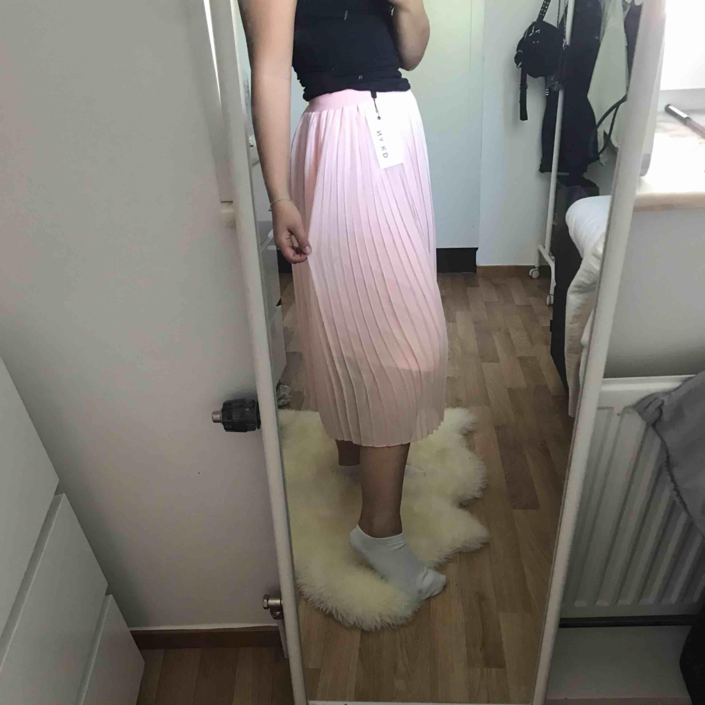As snygg plisserad kjol ifrån NAKD, frakten är inkluderad i priset;). Kjolar.