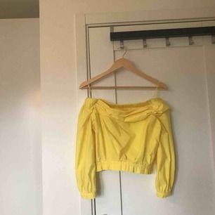 Superfin sommargul offshoulder tröja från Zara!