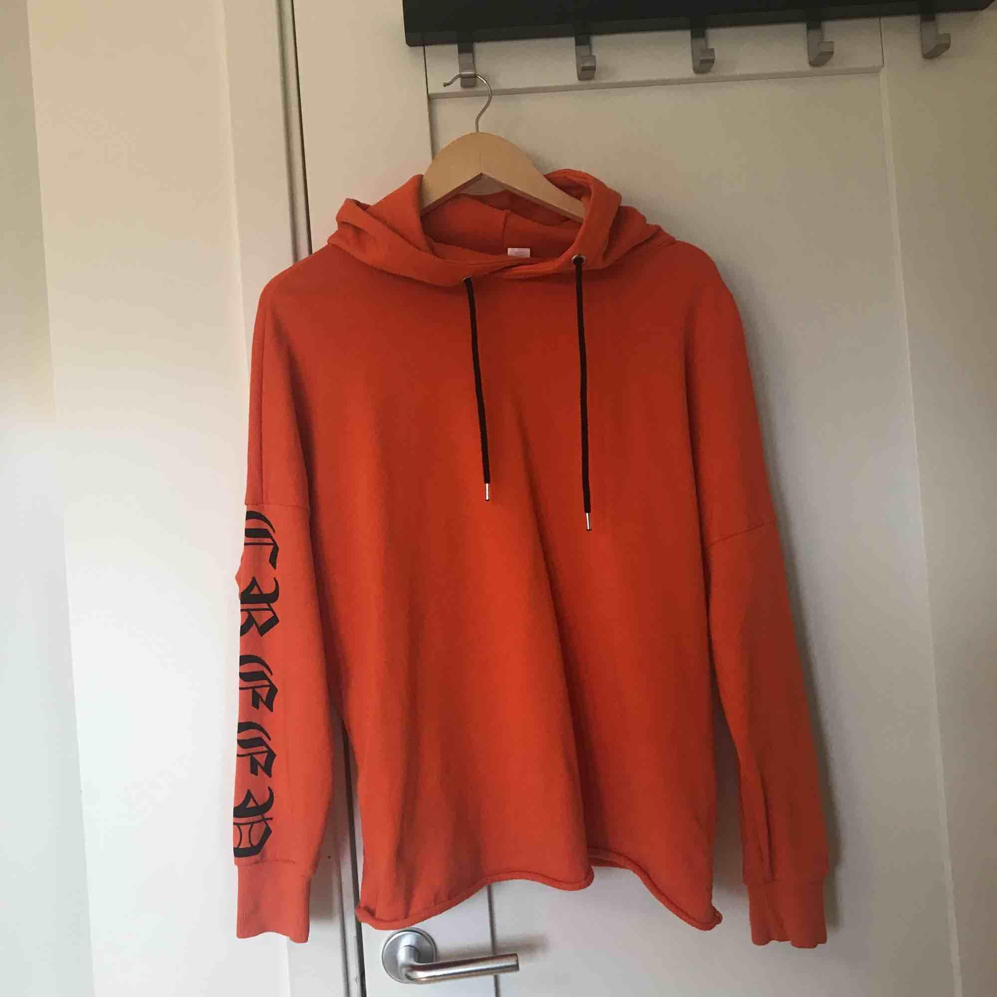 Cool orange hoodie från H&M! Sällan använd🌈. Huvtröjor & Träningströjor.