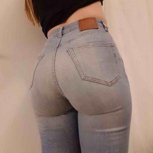 Jeans från Weekday i modellen Thursday💙 Storlek 26/30 men upplagda i benen cirka 5cm. Färgen stämmer bäst överens med sista bilden. Frakt 36kr💌