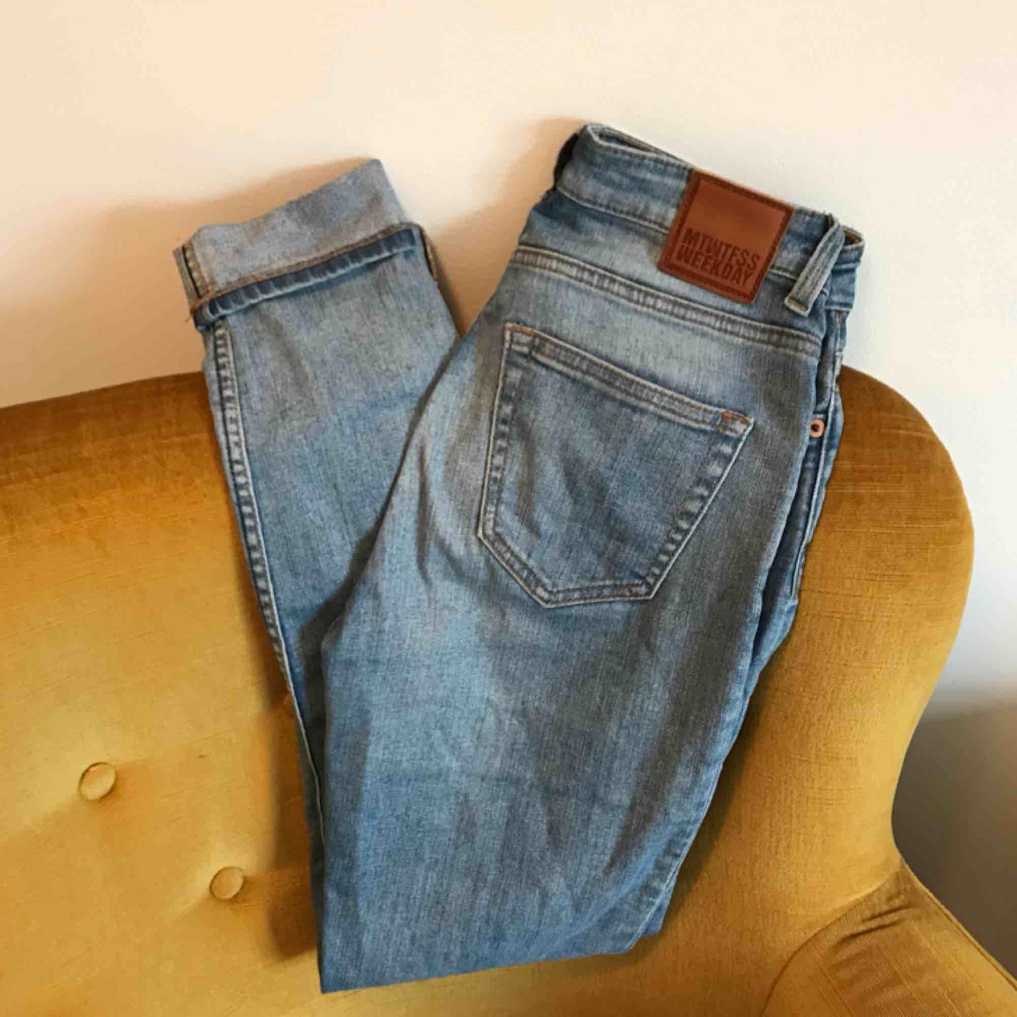 Jeans från Weekday i modellen Thursday💙 Storlek 26/30 men upplagda i benen cirka 5cm. Färgen stämmer bäst överens med sista bilden. Frakt 36kr💌. Jeans & Byxor.