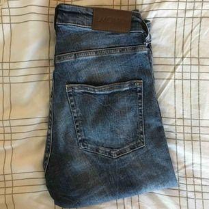 Svinsnygga jeans från monki som tyvärr blivit försmå. Jeansen är i modellen som syns på bild nr.3 men färgen är inte den samma💛