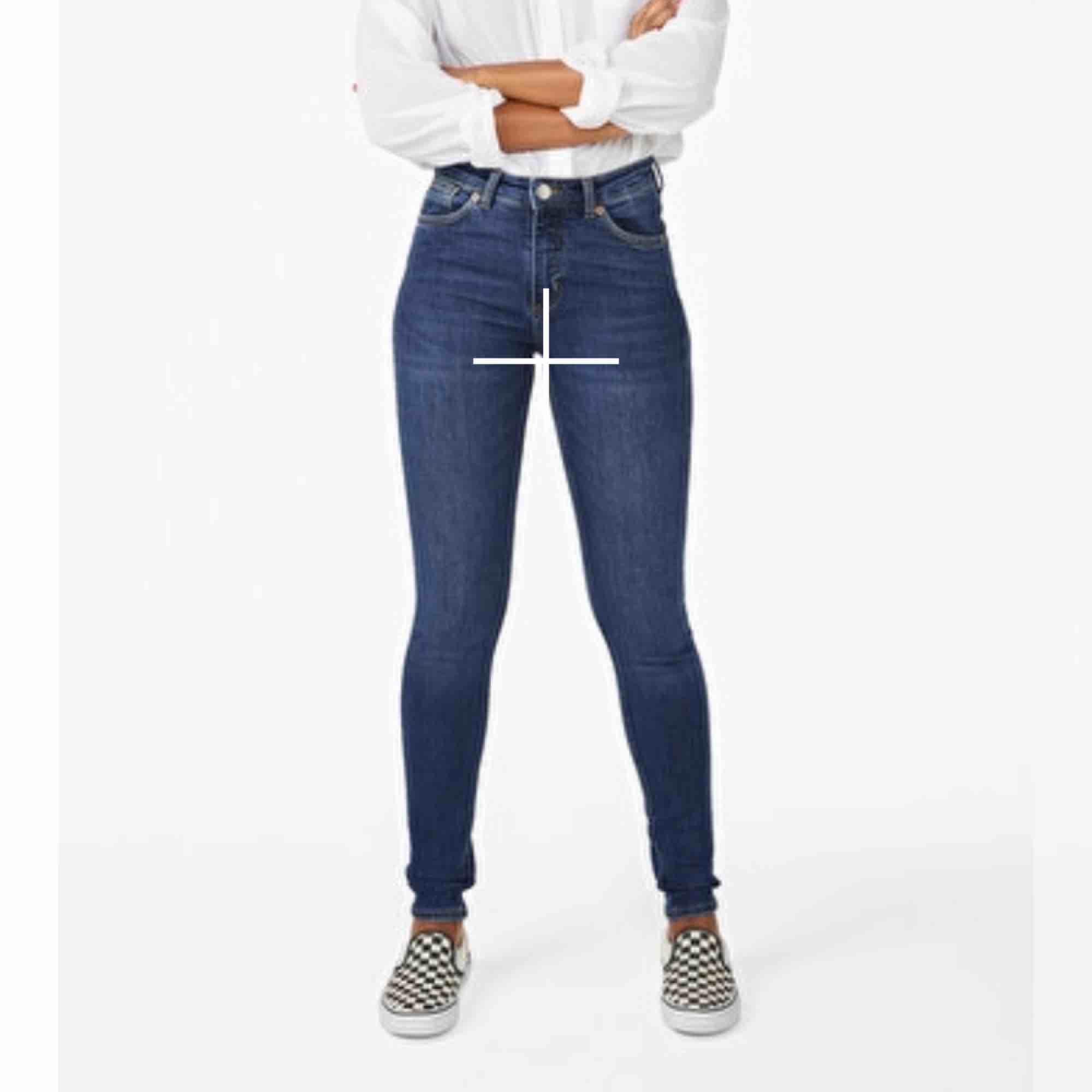 Svinsnygga jeans från monki som tyvärr blivit försmå. Jeansen är i modellen som syns på bild nr.3 men färgen är inte den samma💛. Jeans & Byxor.