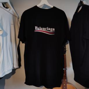 Modell: Balenciaga Bernie Sanders t-shirt, tror det är FW17-kollektionen.  Storlek: Storleken är M herr, men passar som en L.  Wear and tear: Nästan nyskick, haft tröjan i 4 månader, handtvättad ett antal gånger, inget slitage.   Tröjan ÄR autentisk. Vid köp av denna tröja står jag för frakten. :) För fler frågor/bilder skriv gärna.