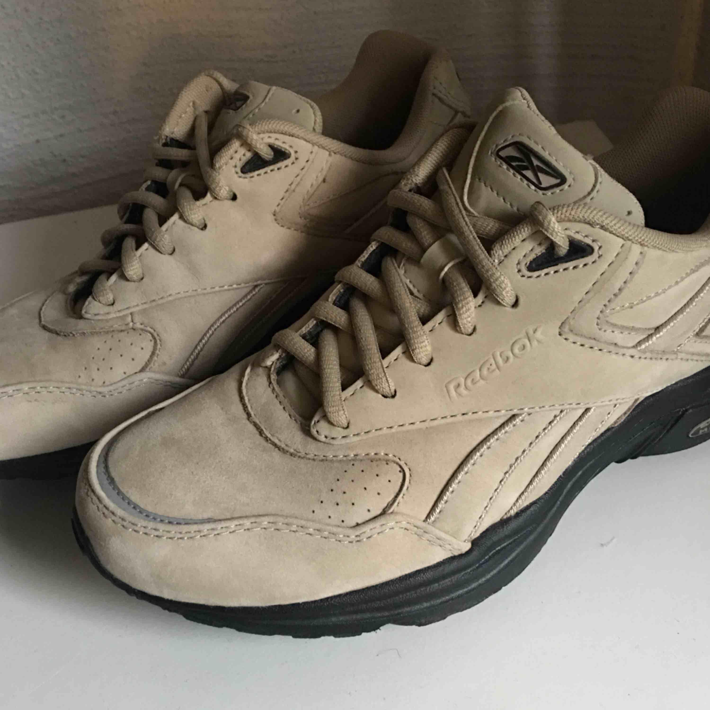 Jättecoola reebok skor i vad som ser ut att vara mocka. Pris: 200kr + 95kr frakt💗💗💗. Skor.