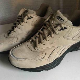 Jättecoola reebok skor i vad som ser ut att vara mocka. Gratis frakt🌼