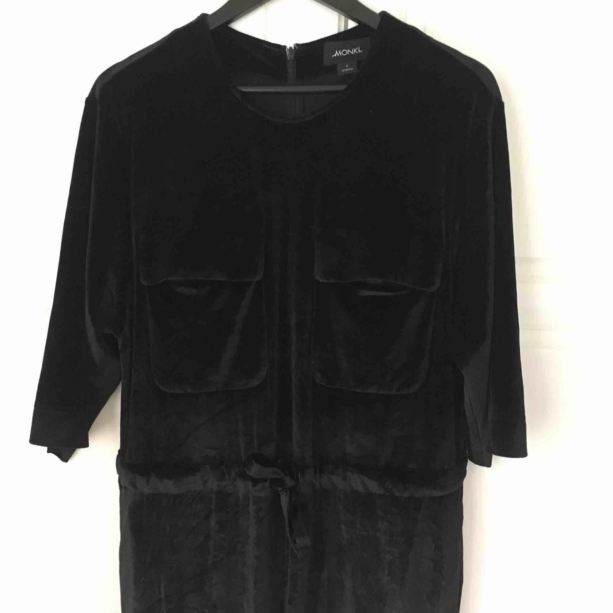 Superskön och härlig byxdress i sammetsmaterial från Monki 🖤 . Jeans & Byxor.