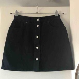 Snygg kjol köpt second hand, med märket Blue family. Passar en XS-S. Liten färgfläck på bakfickan men ingenting jag själv reagerat på!