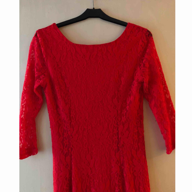 Jättesnygg röd spets klänning från Dry Lake. Storlek S. . Klänningar.