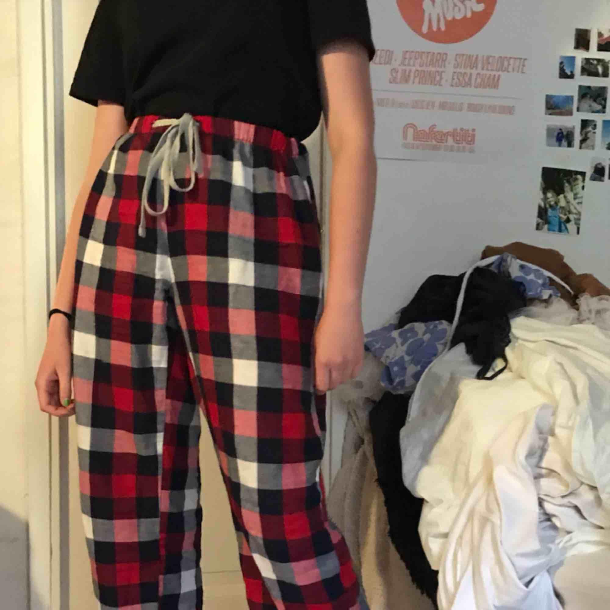 Fina rutiga pyjamas byxor i storlek M. Använda men i bra skick. Möts upp i Gbg eller skickar men då tillkommer fraktkostnad (ca 40kr)❤️. Jeans & Byxor.