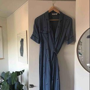 SUPERFIN klänning från Carin Wester, knappt använd då jag köpte den lite för liten! Den faller väldigt fint och är jätteskön. Köptes för 500 kr, därav det högre priset