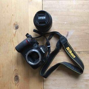 Nikon D3100 + 18-55 mm objektiv. Fem år gammal men mycket sparsamt använd och i väldigt bra skick. Köpt för 6000 kr, kan eventuellt sänka priset. Kameraväska och uv-lins ingår. Kan mötas upp i Stockholm
