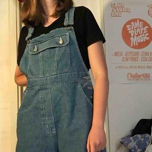 Jättefina dungaree jeans shorts köpta på en vintage store i london. Fint skick. Jag kan mötas upp eller frakta mot fraktkostnad (ca 70kr)❤️