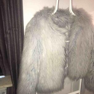 Säljer min päls jacka i storlek M, men passar lika bra för en som bär storlek S (som jag gör annars)  Frakt på 150 ifall man inte kan mötas upp i Linköping