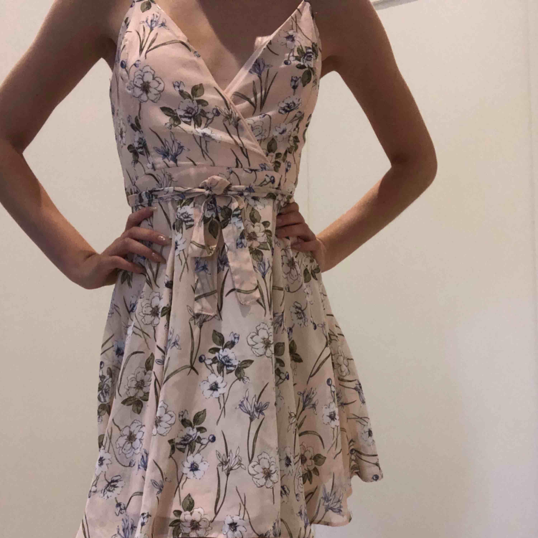 En jätte fin somrig klänning med knytning i midjan 🧡🤩. Klänningar.