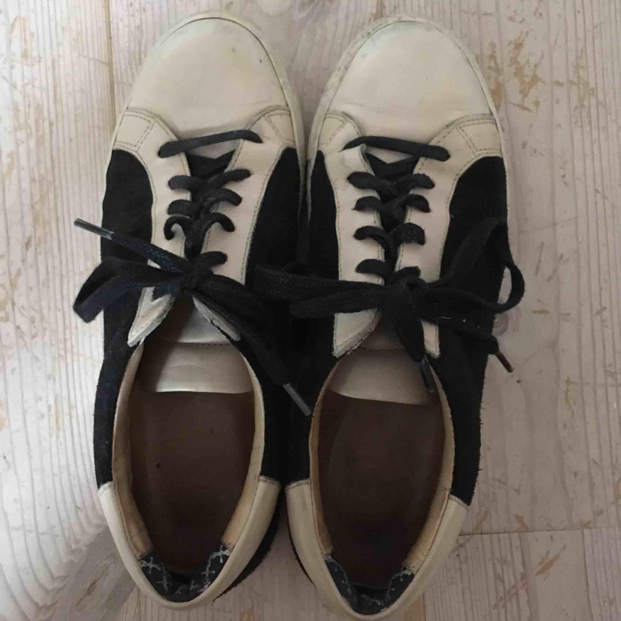 Snygga skor i ljust skin och svart mocka, köpta secondhand men i bra skick. Knappt använda av mig då de är lite stora för mig. Märket är Marlene Birger. . Skor.
