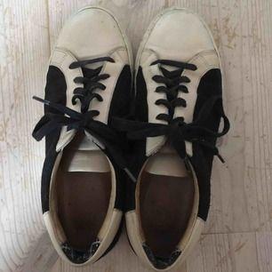 Snygga skor i ljust skin och svart mocka, köpta secondhand men i bra skick. Knappt använda av mig då de är lite stora för mig. Märket är Marlene Birger.