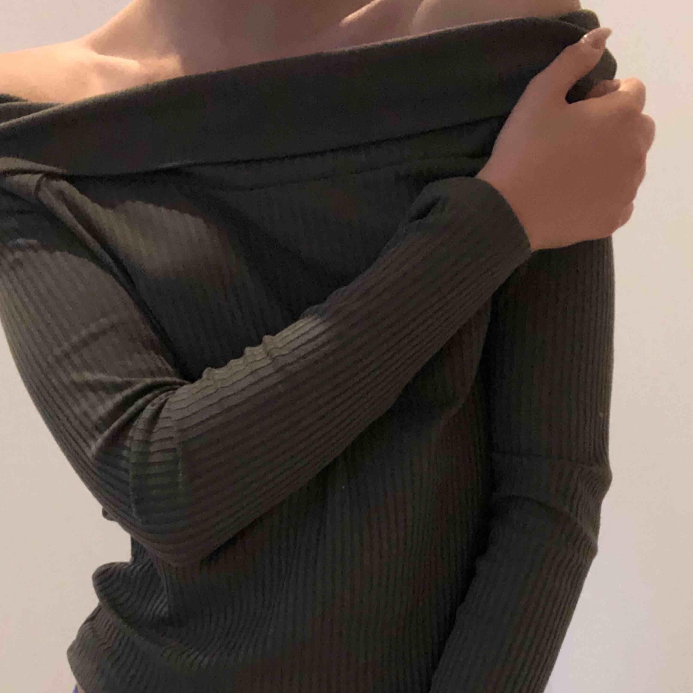 Skitfin grön off shoulder top 🔥 materialet är mjukt, långt i armarna och ribbat . Toppar.
