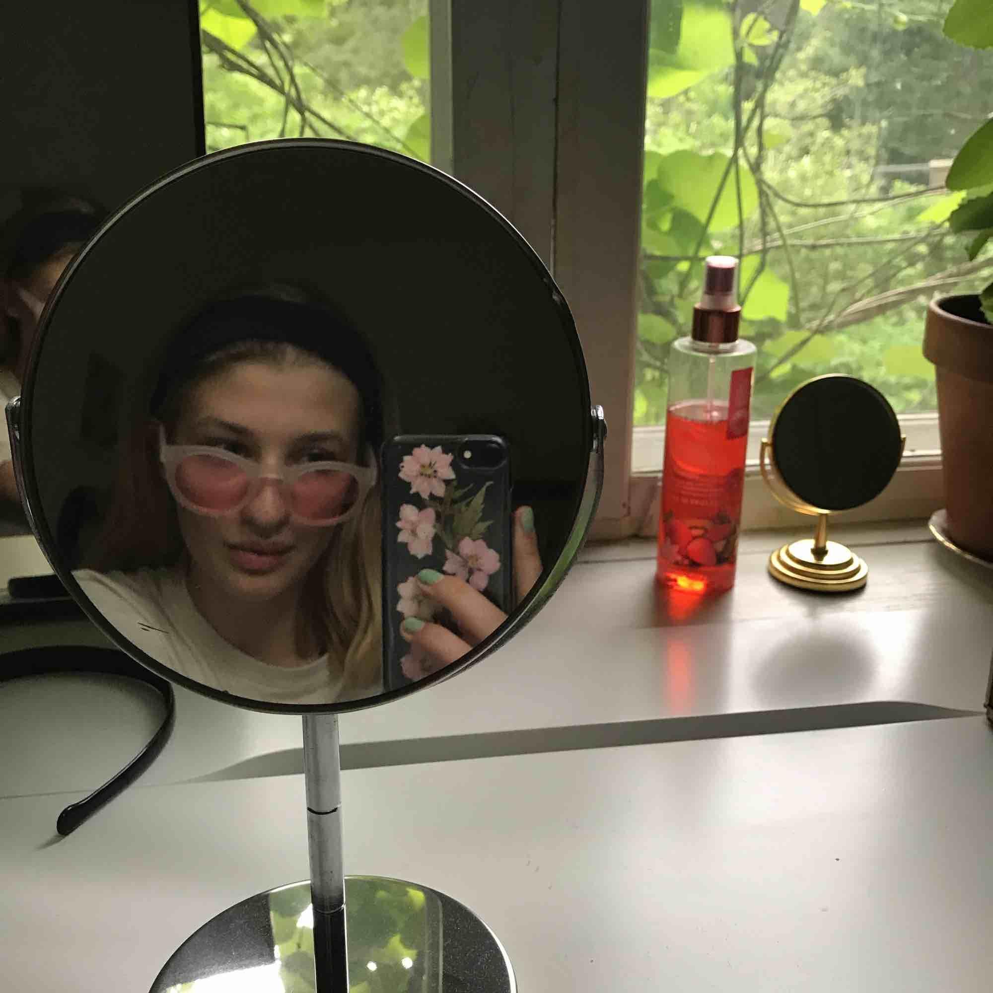 Helt nya Vans solglasögon! Aldrig använda.  Supersnygga nu till sommaren!🌸Frakt tillkommer om det behövs:). Accessoarer.