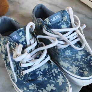 Blommiga vans skor, använda ett fåtal gånger. Frakt ingår i priset, har swish.