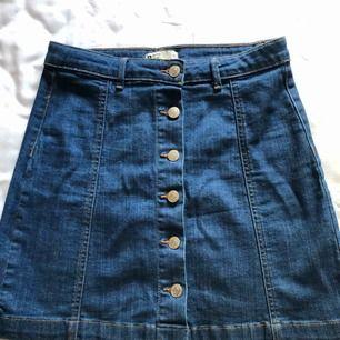 Kjol från Gina tricot, aldrig använd.  Frakt tillkommer, har swish.