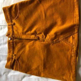 Senapsgul Manchester kjol från monki, aldrig använd då den alltid varit för liten.  Frakt tillkommer, har swish.