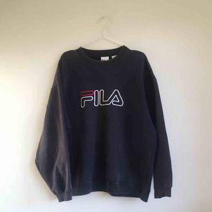 1990s sweatshirt från Fila. Retro! Storlek L. Snygg oversize! Lite blekt vid kragen (syns på bild 3) men för övrigt i fint begagnat skick. Frakt ingår inte i priset utan tillkommer. 🕶