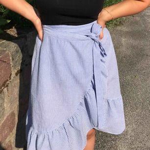 En supersöt och snygg kjol som är perfekt nu till sommarn! Funkar till vardags men också till middagar eller liknande. Från HM och endast använd på min skolavslutning och jag trivdes super i den! Inga slitningar och passar en S-M😊