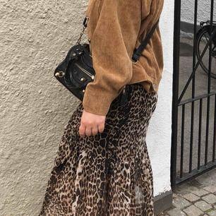 En supersnygg och cool leopardkjol som passar perfekt nu till sommarn, funkar både dagtid men också perfekt att ha på sig på fester och middagar! Inga slitningar och ändast använd 2 gånger. 😊