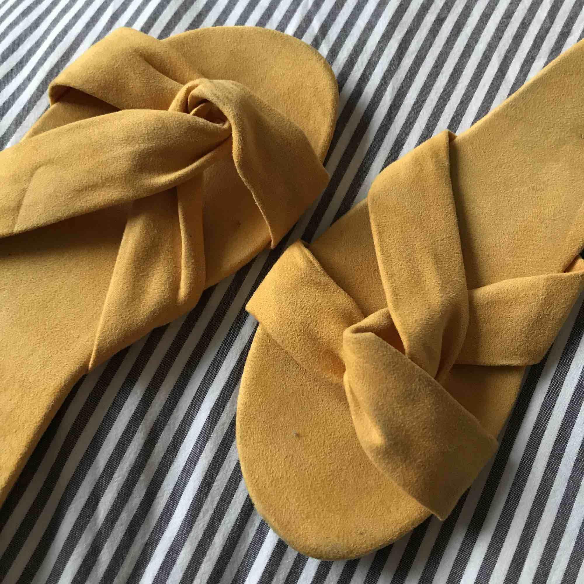 Säljer dessa nya sandaler från H&M köpta i år. Använda en gång. Köparen står för frakt. Kan skicka fler bilder om så önskas. . Skor.