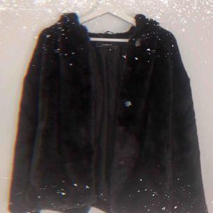 Pälsjacka från Zara med mysigaste luvan, passar S-L!! Ser som ny ut MJUKASTE SOM FINNS därav priset 🤭🤭