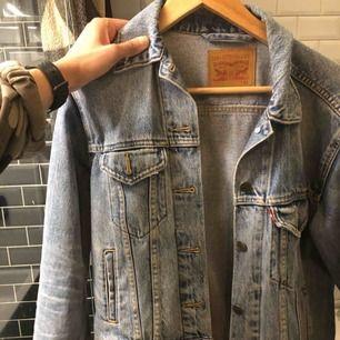 Levis jeansjacka i ljusblå inköpt förra sommaren på levisbutiken. Använd endast ett fåtal gånger, så i väldigt bra skick. Som ny! Inköpspris 1099. Kvitto finns kvar. Är vanligtvis S, men denna är ngt oversize i storlek som den motsvarar en S.