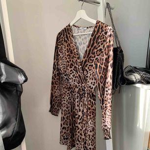 Omlott-klänning i leopard
